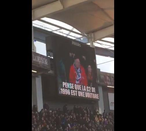 La «troll cam» se moque des fans parisiens.