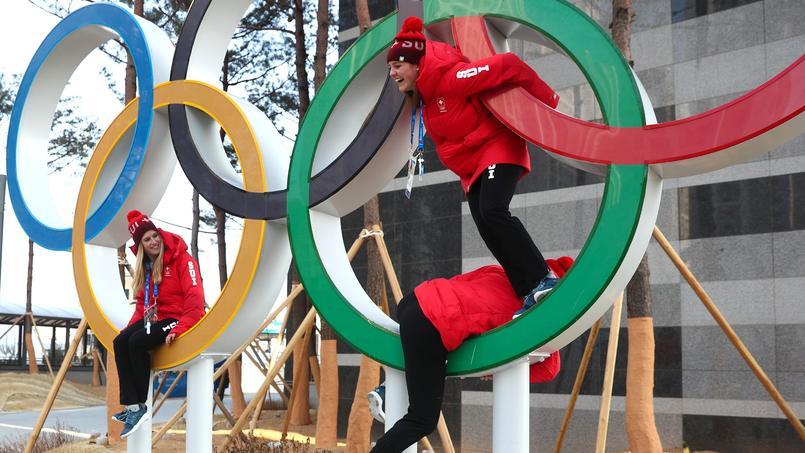 Les athlètes suisses sur les anneaux olympiques.