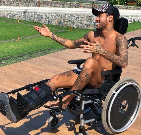 Neymar dans son fauteuil roulant au Brésil.