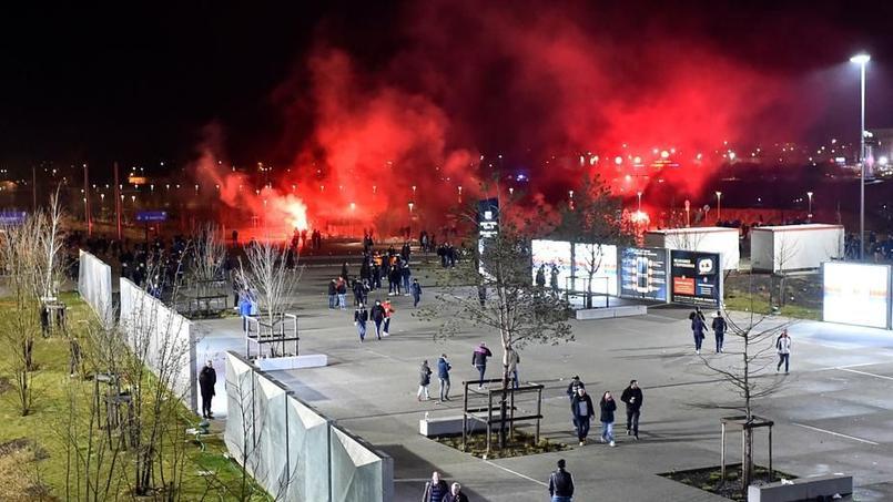 Des supporters de Lyon allument des fumigènes avant la rencontre de Ligue Europa face au CSKA Moscou.