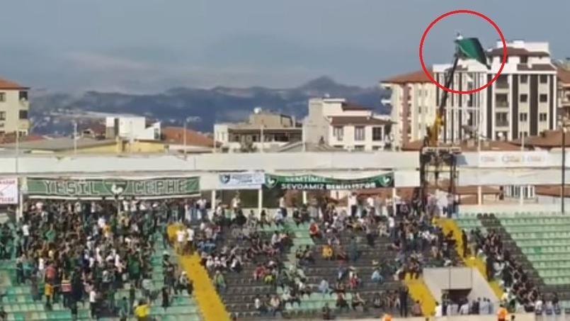Un supporter turc loue une grue pour voir le match de son équipe.