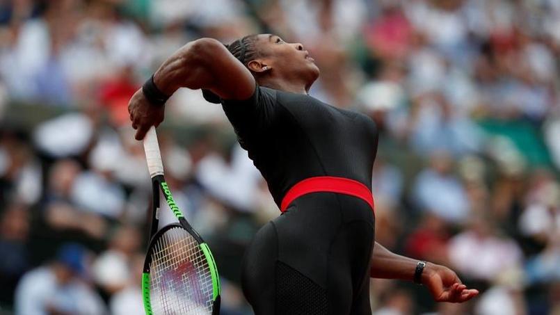 Serena Williams fait sensation avec une combinaison moulante intégrale noire