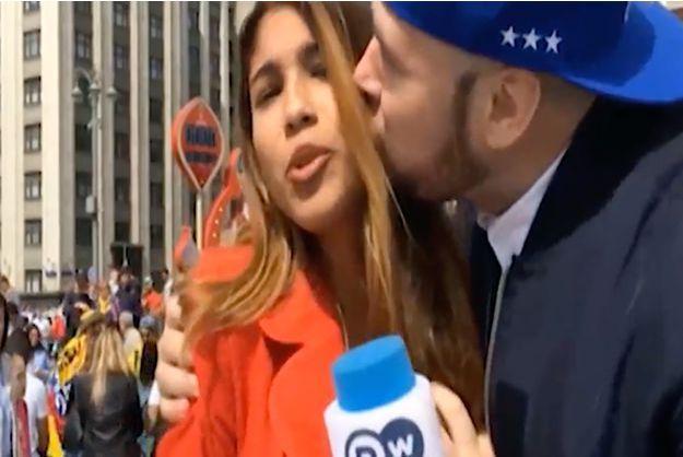 Une journaliste colombienne se fait embrasser et attraper la poitrine en direct