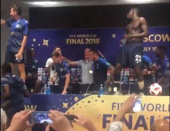 Deschamps douché par ses joueurs: la scène de folie après la finale