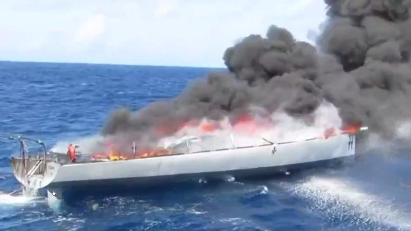 Chargé de drogue, l'ancien bateau d'un concurrent du Vendée Globe part en fumée