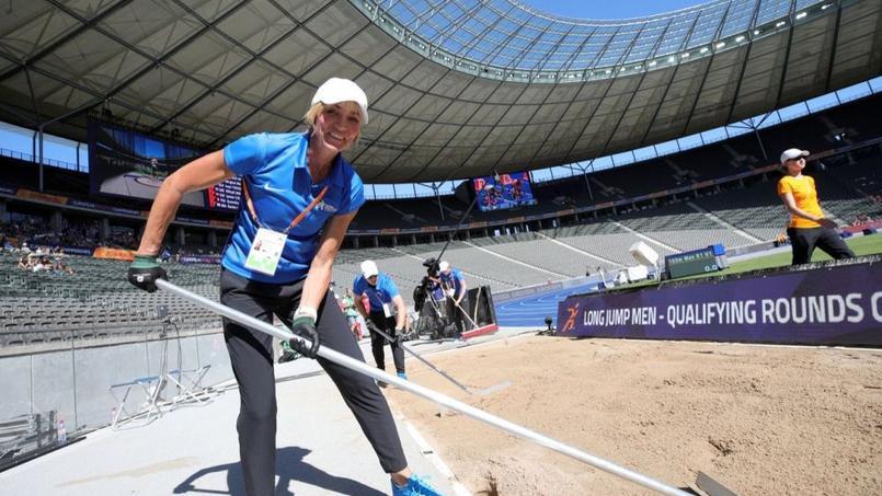 Une ancienne championne olympique ratisse le sable du saut en longueur aux Championnats d'Europe