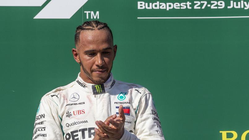 Lewis Hamilton nettoie une plage pendant ses vacances