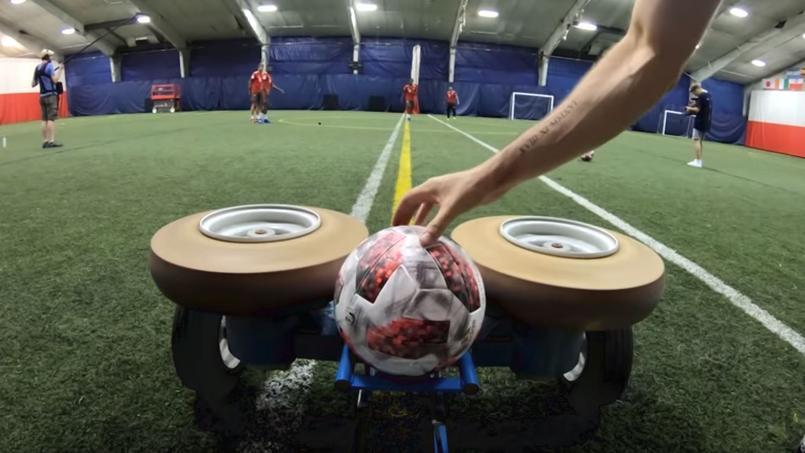 Les joueurs du Bayern tentent de contrôler du pied un ballon envoyé à 100 km/h