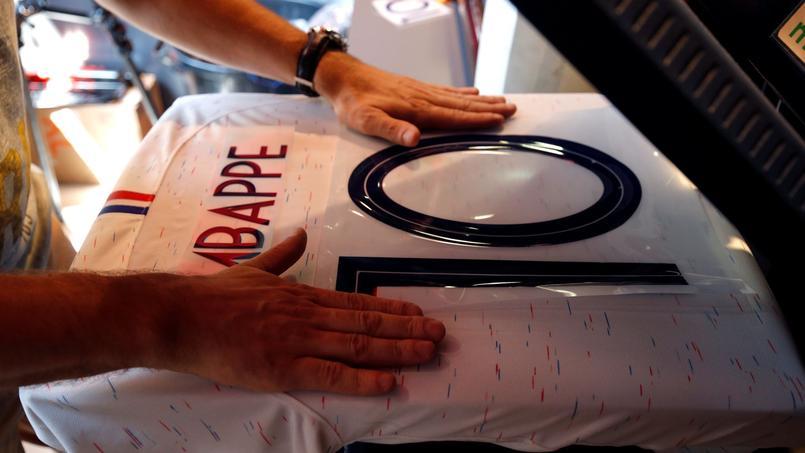 Un supporter contraint d'enlever son maillot des Bleus pour accéder au stade de l'AS Monaco