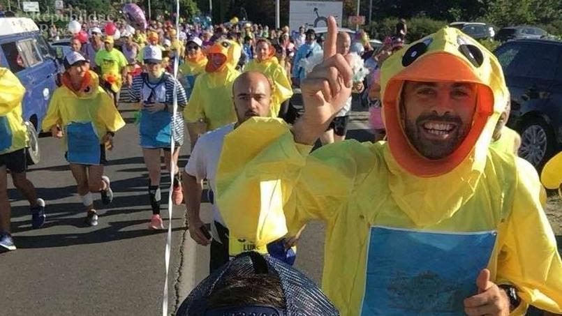 Un All Black, double champion du monde, court le marathon du Médoc… déguisé en canard