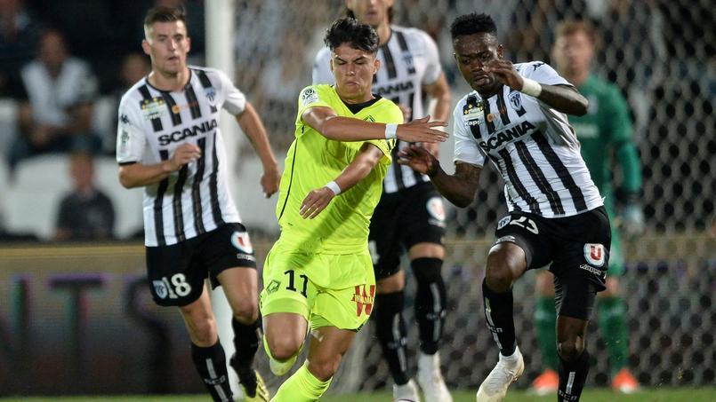 Luiz Araujo (en jaune) et ses coéquipiers ont connu leur première défaite de la saison lors de la dernière journée, sur la pelouse du SCO d'Angers d'Abdoulaye Bamba.
