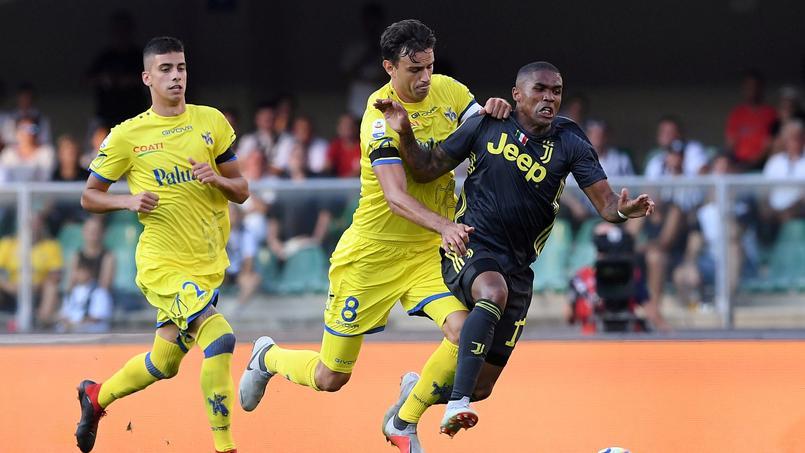 Le Chievo d'Ivan Radovanovic (en jaune, au duel avec Douglas Costa) est désormais lanterne rouge avec trois points de retard sur le premier non-relégable.