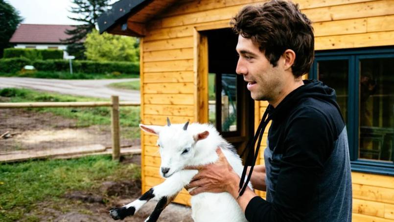 Thibaut Pinot possède une grande affection pour les animaux de la ferme, comme les chèvres, les chevaux ou les vaches.
