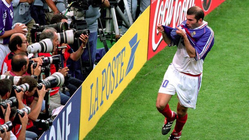 Zinédine Zidane embrassant son maillot après son deuxième but contre le Brésil, en finale du Mondial 1998.