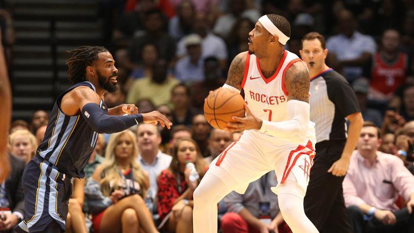 Carmelo Anthony, ballon en main face à Mike Conley, a fait ses débuts mardi avec les Houston Rockets contre les Memphis Grizzlies en pré-saison.