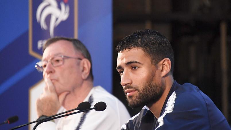 Philippe Tournon en arrière-plan derrière Nabil Fekir, en conférence de presse.
