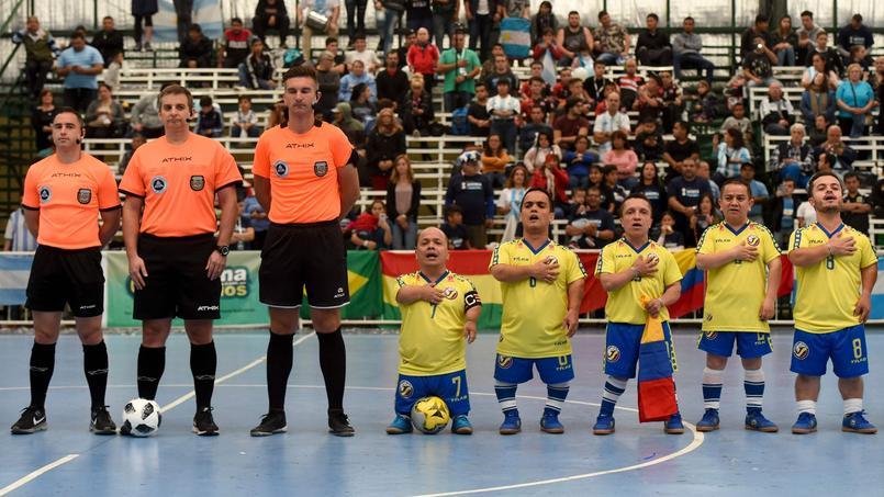 L'équipe de la Colombie chantant l'hymne national avant un match de la Copa America.