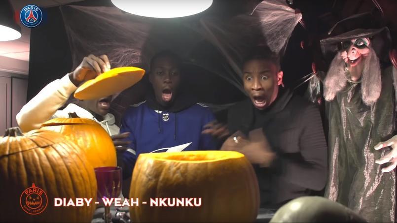 Christopher Nkunku, à droite, terrifié par ce qu'il vient de trouver dans une citrouille.