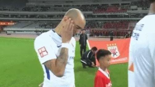Diego Tardelli se touche le visage durant la diffusion de l'hymne national.