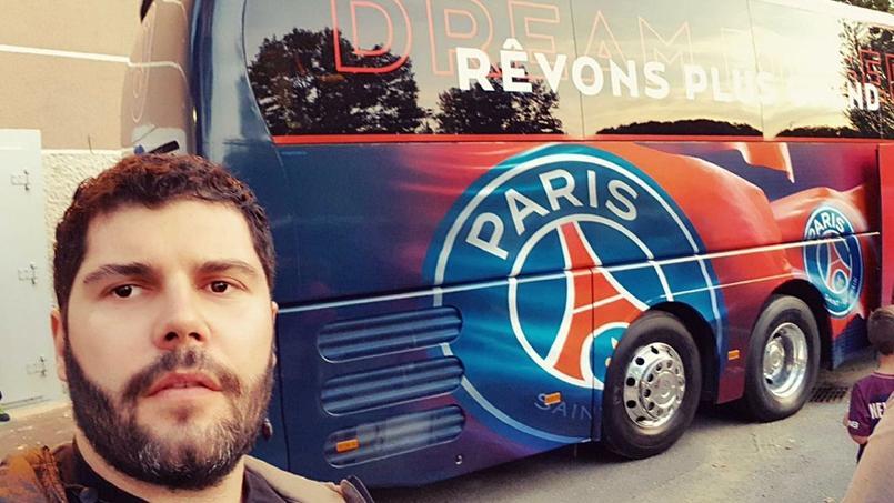 Naples-PSG: la star de la série Gomorra pose devant le bus parisien