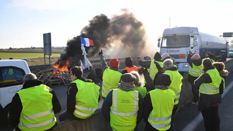 «Gilets jaunes» : des blocages maintenus avant le rendez-vous à Paris