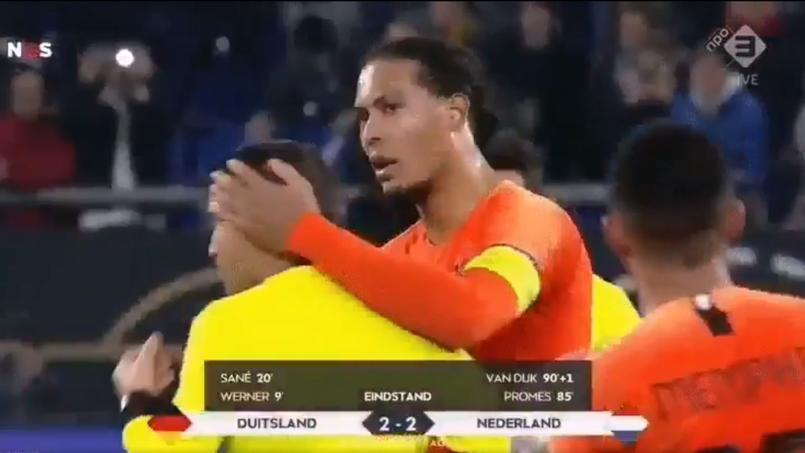 Virgil Van Dijk réconfortant l'arbitre roumain Ovidiu Hategan, endeuillé par le décès de sa mère avant le match.