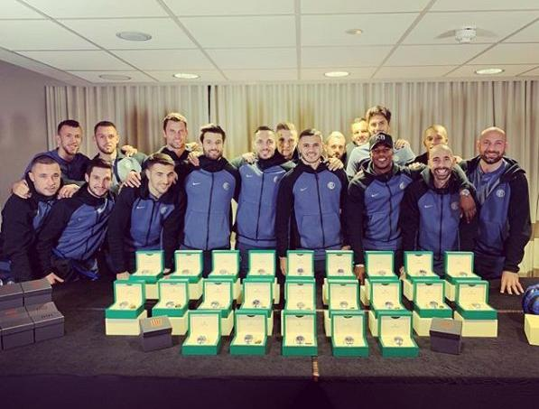 Mauro Icardi posant avec ses coéquipiers de l'Inter Milan et les prestigieuses montres qu'il leur a acheté.