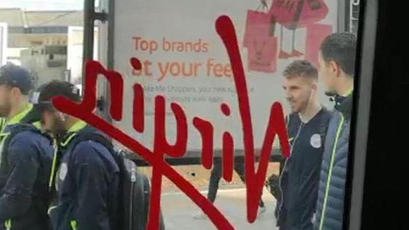 Les joueurs de Manchester City, pris en photo par un passager, viennent de descendre du train à Watford.