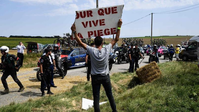Un homme manifestant lors de la tentative de blocage de la route par des agriculteurs sur le Tour de France 2018.