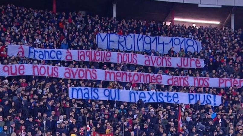 La banderole déployée par certains supporters serbes avant la rencontre entre l'Étoile Rouge et le Paris SG.