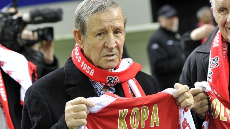 Raymond Kopa en 2011 à l'occasion d'un hommage rendu avant la rencontre Reims-Nantes.