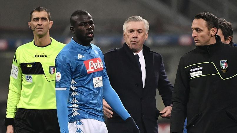 Le défenseur de Naples Kalidou Koulibaly, avec son entraîneur Carlo Ancelotti derrière lui.