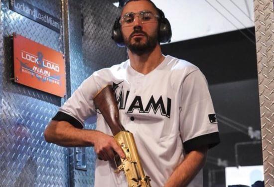 Karim Benzema pose avec un AK-47 doré.