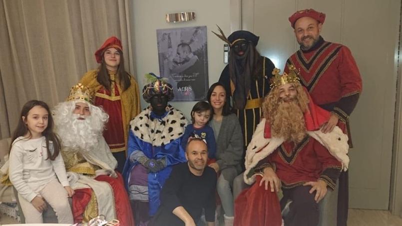 La photo d'Andres Iniesta au bas au centre entouré de ses proches et célébrant l'Epiphanie.