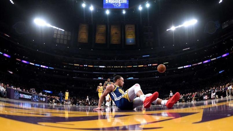 Stephen Curry sur les fesses après avoir glissé sur le paquet du Staples Center.