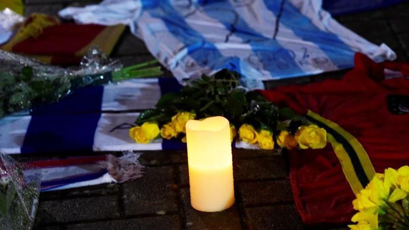 À Cardiff où il venait de signer, Emiliano Sala, les hommages continuent devant le stade du club de la ville.