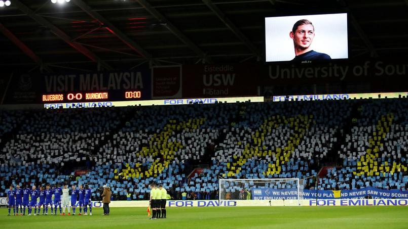 Le Cardiff City Stadium observe une minute de silence à domicile en mémoire d'Emiliano Sala.