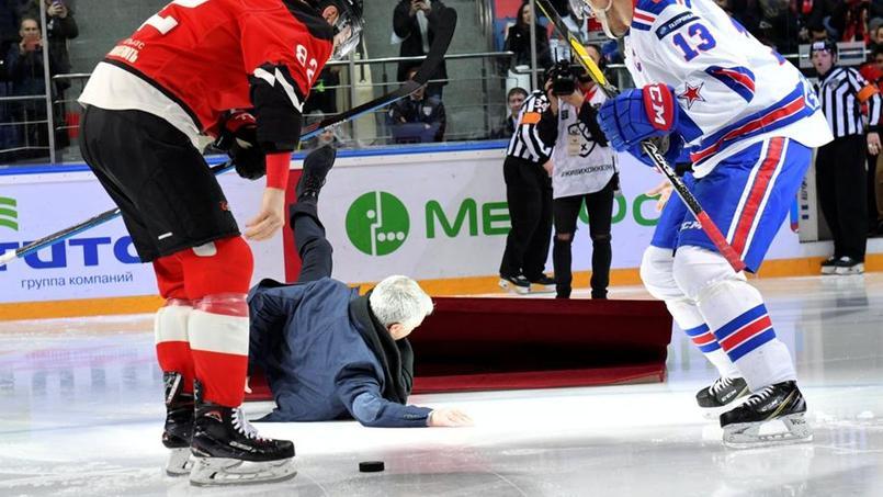 José Mourinho à terre après avoir glissé sur la patinoire.