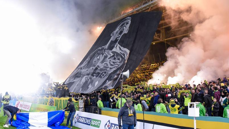 Les supporters nantais utilisent des fumigènes dans les tribunes lors de la rencontre face à Saint-Etienne.
