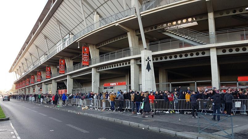 Des centaines de personnes faisaient la queue samedi devant le Roazhon Park pour avoir un billet.