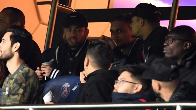 Neymar dans les tribunes du Parc des Princes pour suivre le match PSG-Manchester United.