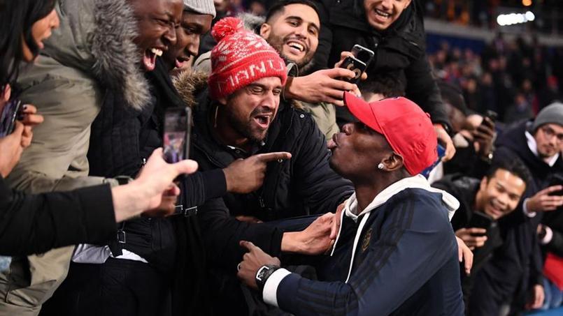 Paul Pogba communie avec les supporters de Manchester United au Parc des Princes mercredi soir.