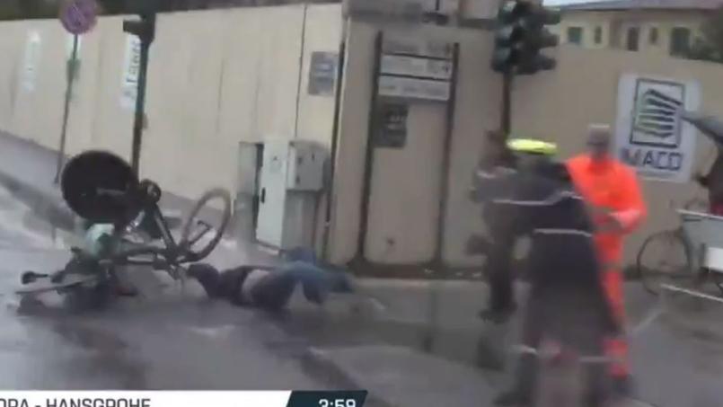 Terrible collision entre un piéton et deux coureurs — Tirreno-Adriatico