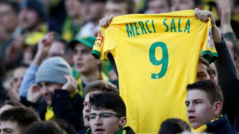 Un supporter nantais rend hommage à Emiliano Sala.
