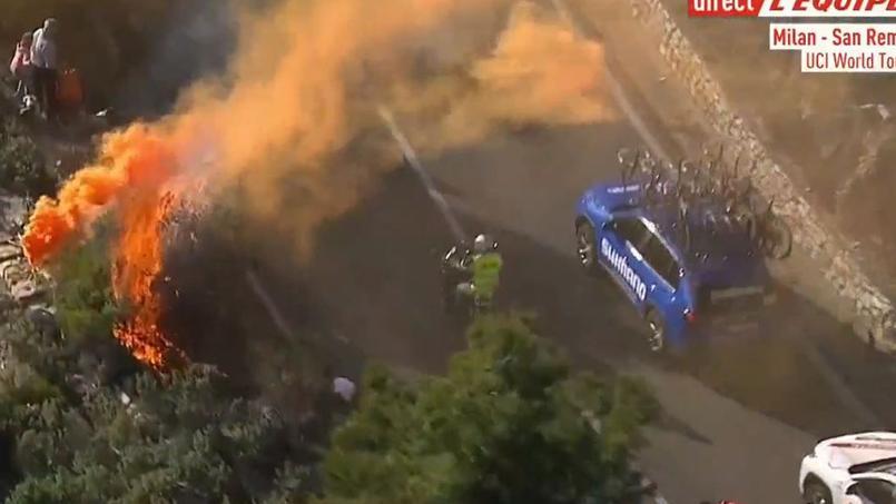 Les tifosi ont mis le feu aux sapins pour saluer le passage des coureurs durant Milan-San Remo.