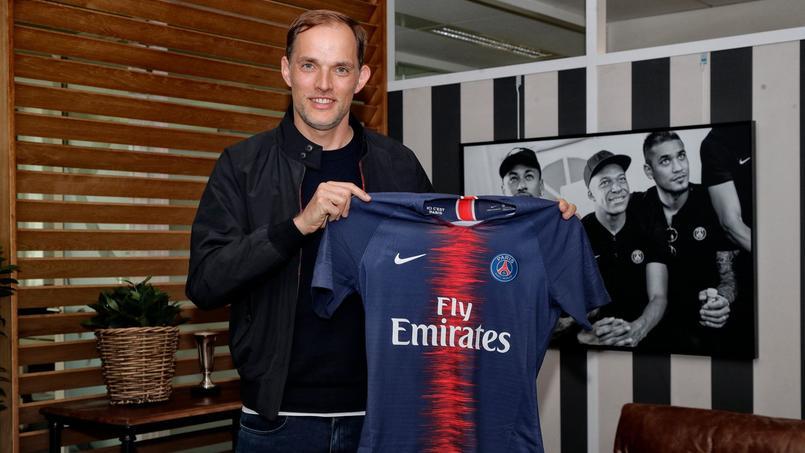 Thomas Tuchel pose avec le maillot du Paris SG destiné à Laurent Paganelli.