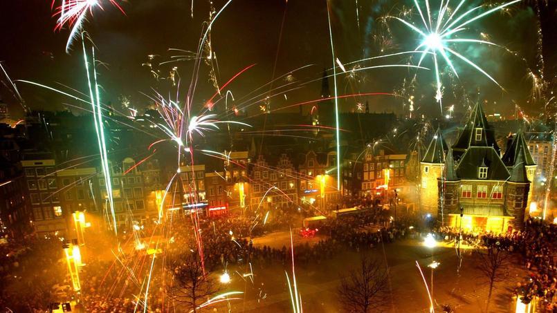 L'utilisation des feux d'artifice par des supporters pour perturber le sommeil des adversaires se généralise en football. (Ici, des feux d'artifice à Amsterdam. Photo d'illustration..)