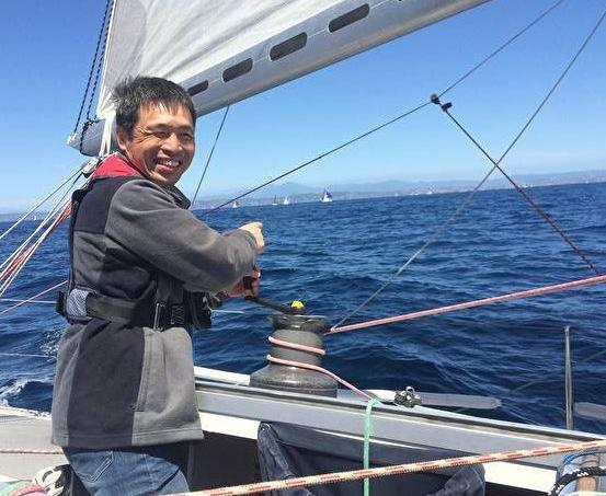 Mitsuhiro Iwamoto à la barre, guidé par un navigateur américain.