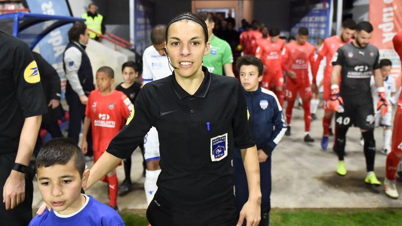 Stéphanie Frappart sera dimanche la première femme à arbitrer une rencontre de Ligue 1.