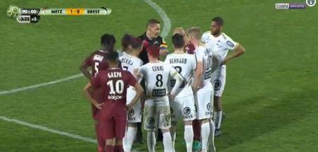 Le geste cocasse d'un arbitre de Ligue 2 pour ses adieux au monde professionnel